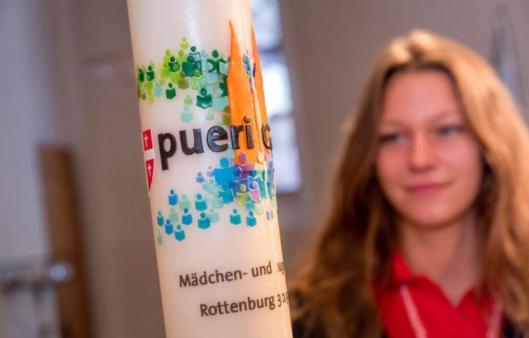 Kerze vom Mädchen- und Jugendchorfestival im Vordergrund