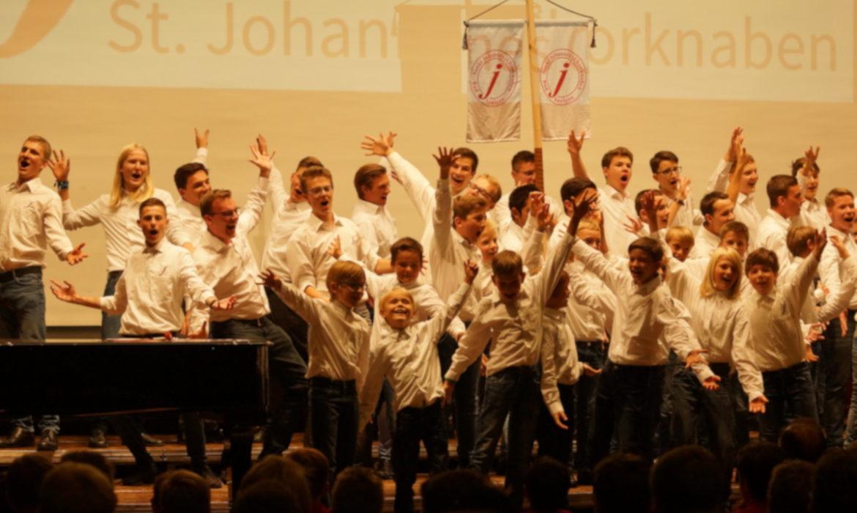 Johannes Chorknaben bei Begrüßung
